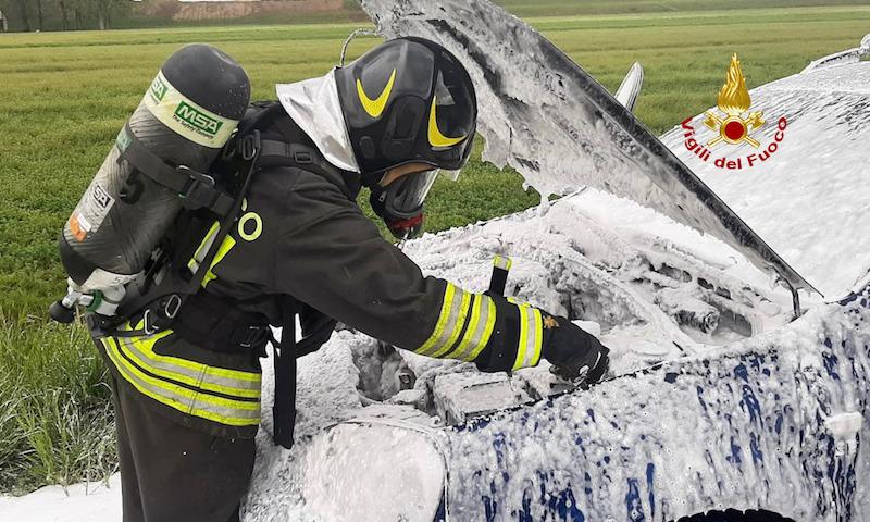 Vigili del Fuoco – Caselserugo (PD), Auto si incendia durante la marcia, il conducente se ne accorge, riesce ad accostare e scende in tempo