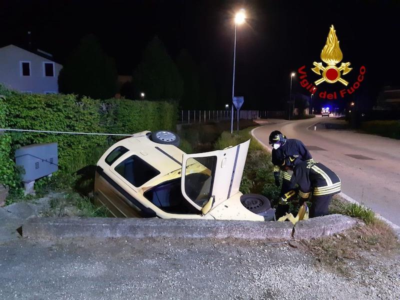 Vigili del Fuoco – Campodarsego (PD), Auto esce di strada e si schianta nel canale di scolo a bordo strada, due feriti