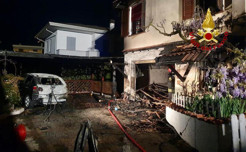 Vigili del Fuoco – Teolo (PD), Auto a fuoco propaga l'incendio alla vicina abitazione, ingenti i danni alla struttura