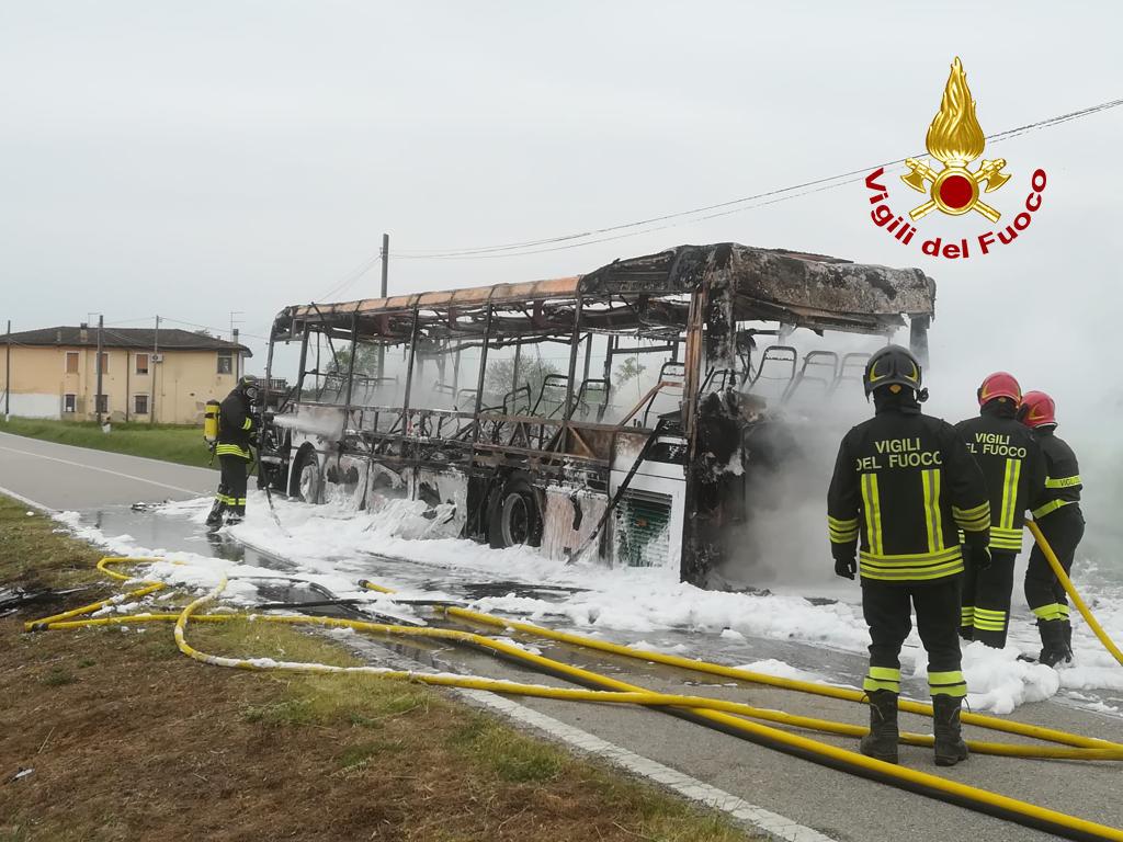 Vigili del Fuoc – Codevigo (PD), Auutobus del trasporto pubblico extraurbano un fiamme su Via Castelcarro Alto