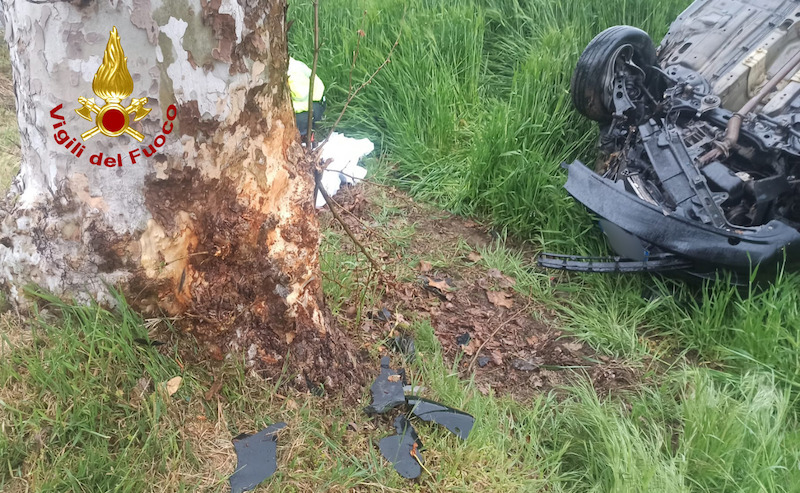 Vigili del Fuoco – Rovigo, Fiat Idea impatta contro un platano e si rovesciata fuori strada: due feriti