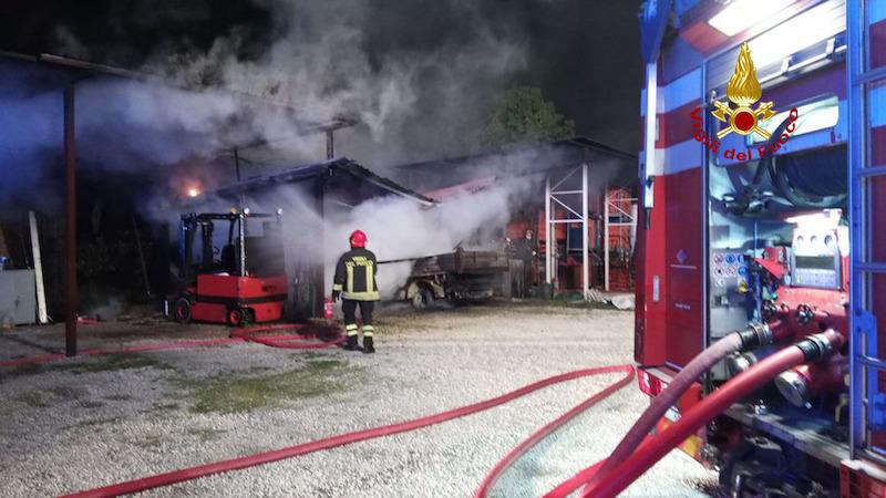 Vigili del Fuoco – Rovolon Loc. Carbonara (PD), Incendio ricovero attrezzi, bruciati due muletti