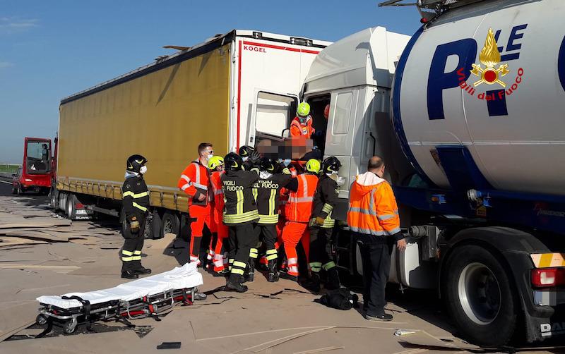 Vigili del Fuoco – Tamponamento multiplo fra camion in A4: 4 feriti di cui uno grave trasferito in eliambulanza all'Ospedale