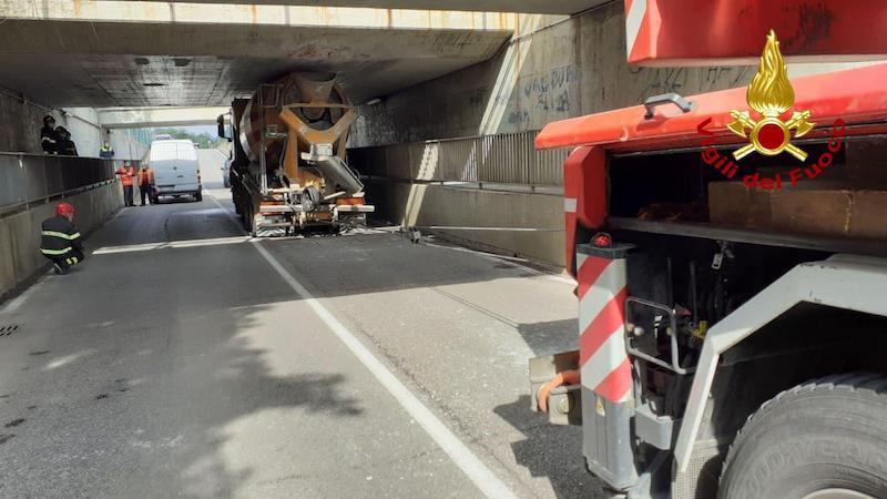 Vigili del Fuoco – Villorba (TV), Betoniera rimane incastrata nel sottopassaggio ferroviario in via Via Selghere