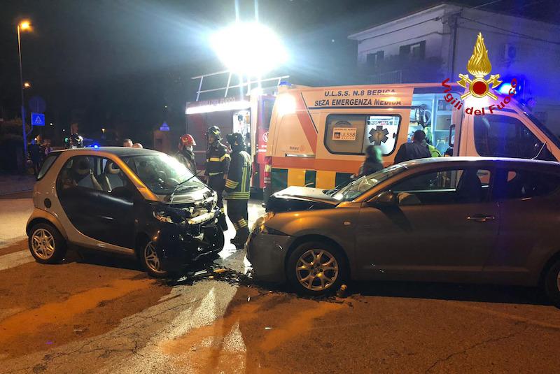 Vigili del Fuoco – Creazzo (VI), Frontale fra una Smart ed un'Alfa Romeo Mito all'incrocio fra Via Italia e Via Trieste: ferita la donna alla guida della Smart