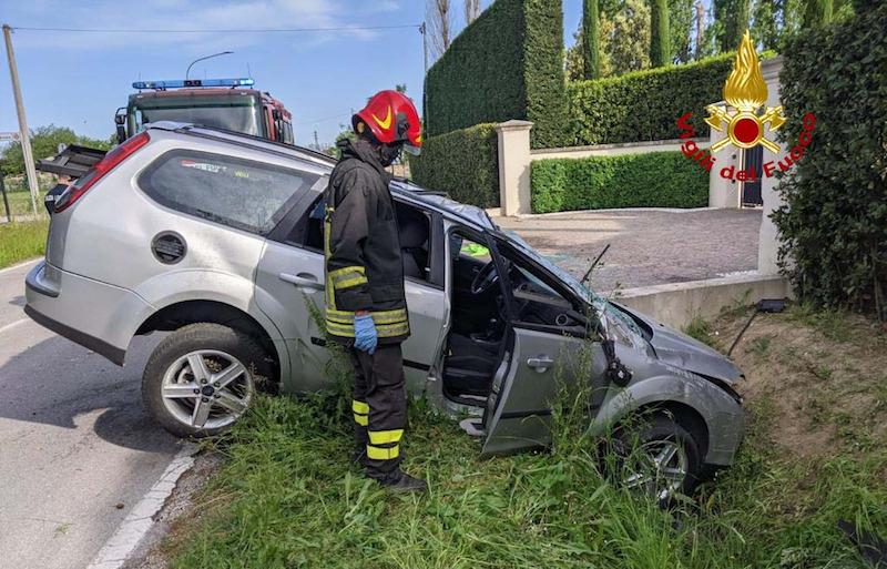 Vigili del Fuoco – Abano Terme (PD), Auto finisce fuori strada ed abbatte un palo dell'illuminazione pubblica: Ferito il conducente e la passeggera