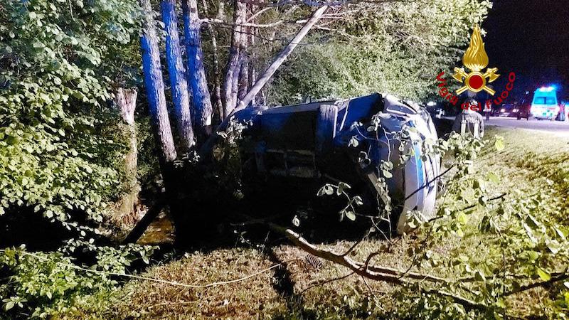 Vigili del Fuoco – Sedico Loc. Vignole (BL), Auto esce di strada lungo la SR 203 ed abbatte un palo della linea telefonica: ferito il conducente