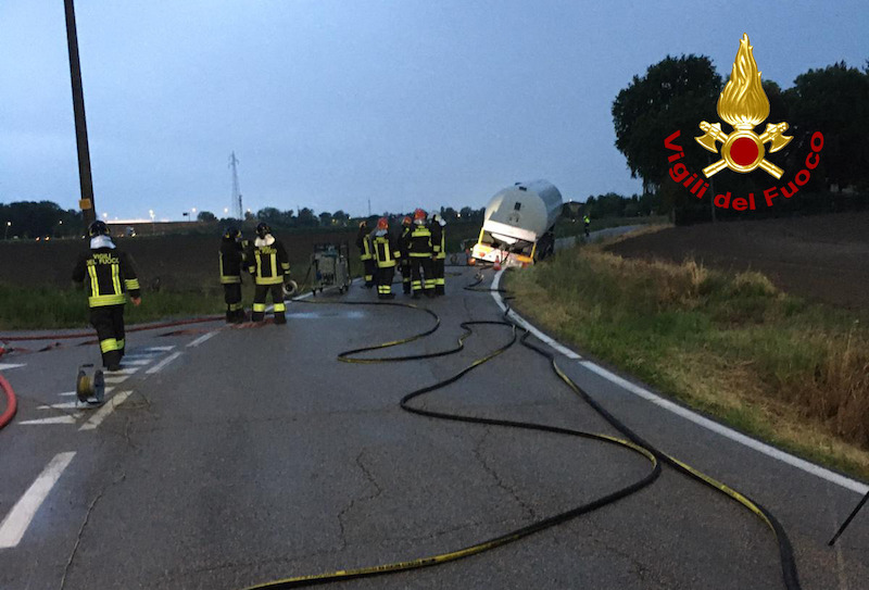 Vigili del Fuoco – Legnago (VR), Autocisterna carica di GPL finisce fuori strada, in corso le operazioni di travaso dei 40.000 litri di gas trasportati