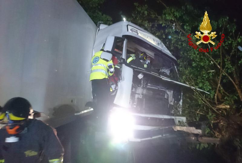 Vigili del Fuoco – Camisano (VI), Autoarticolato finisce fuori strada e si schianta contro un albero: Ferito il conducente rimasto incastrato fra le lamiere contorte della cabina di guida