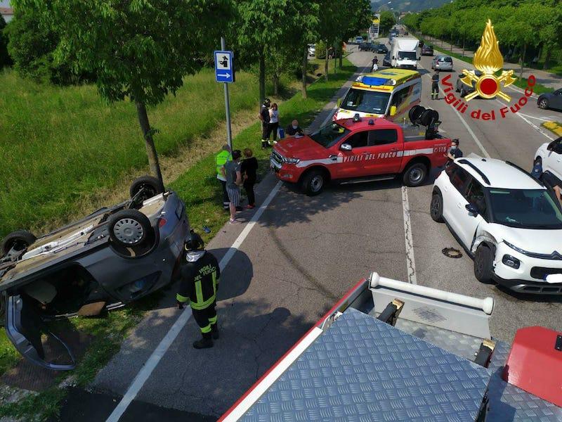 Vigili del Fuoco – Vittorio Veneto (TV), Incidente fra 3 auto in Via del Consiglio: Ferita una 78enne alla guida della sua auto ribaltatasi fuori strada