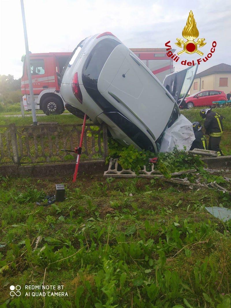 Vigili del Fuoco – Conegliano (TV), Auto esce di strada e finisce in un fossato: Ferito il conducente