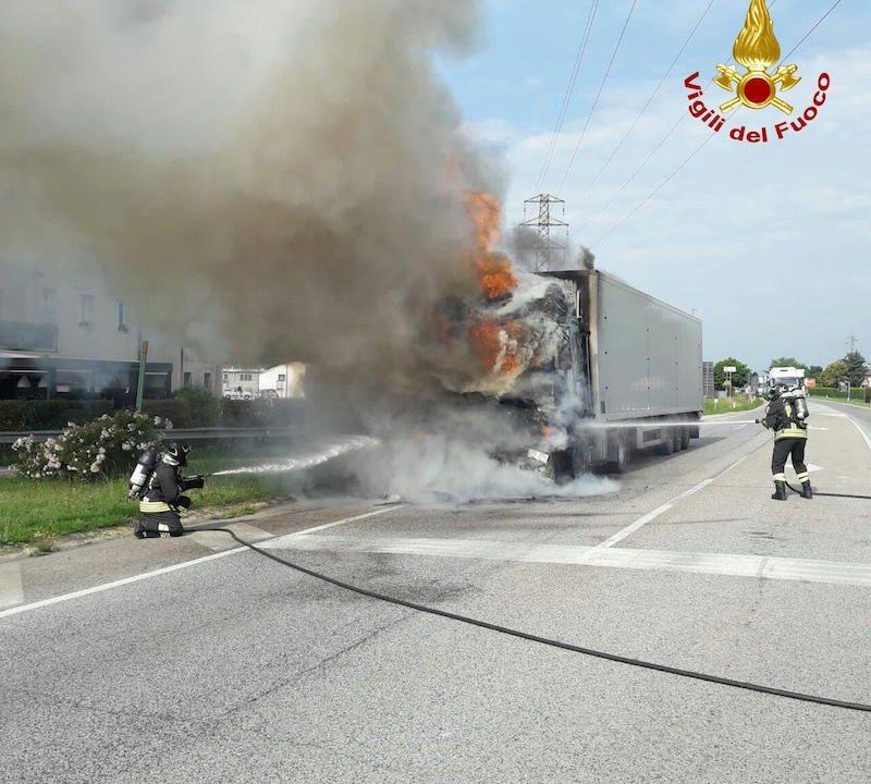 Vigili del Fuoco – Castelfranco Veneto (TV), Camion frigo si incendia sulla SR 53, Via Circonvallazione Est: Illeso il conducente