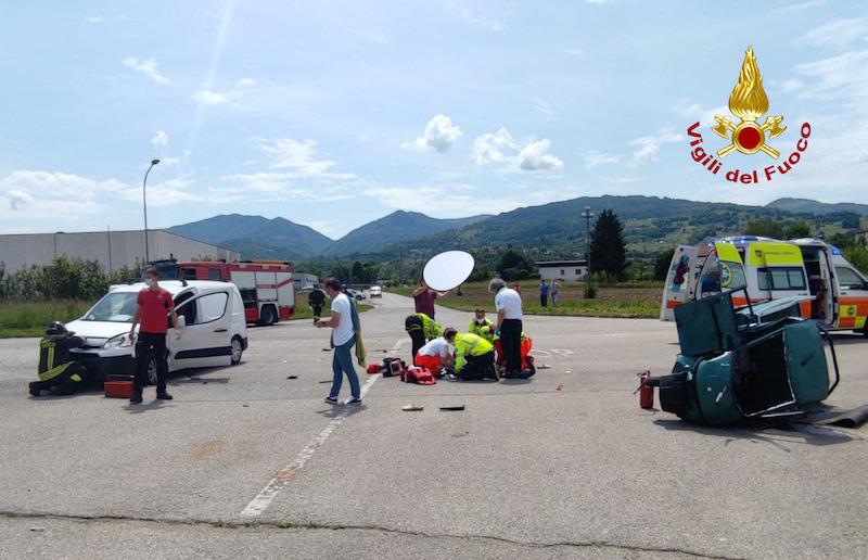 Vigili del Fuoco – Mel (BL) – Grave incidente tra un furgoncino ed un Ape car: Ferito e trasferito in Eliambulanza all'ospedale in conducente dell'Ape
