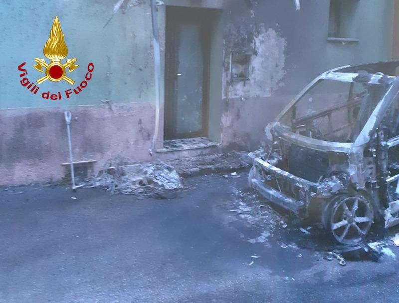 Vigilidel Fuoco – Solagna (VI), Completamente distrutta da un incendio una Smart: Danni alle abitazioni limitrofe