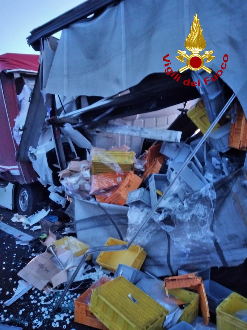 Vigili del Fuoco – Occhiobello (RO), Tragico tamponamento in A13 fra tre camion: Deceduto il conducente di uno dei mezzi pesanti