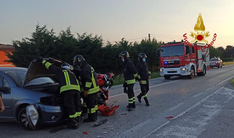 Vigili del Fuoco – Fratta Polesine (RO), Incidente fra un auto ed una moto in Via Giovanni Pascoli: Ferito il centauro