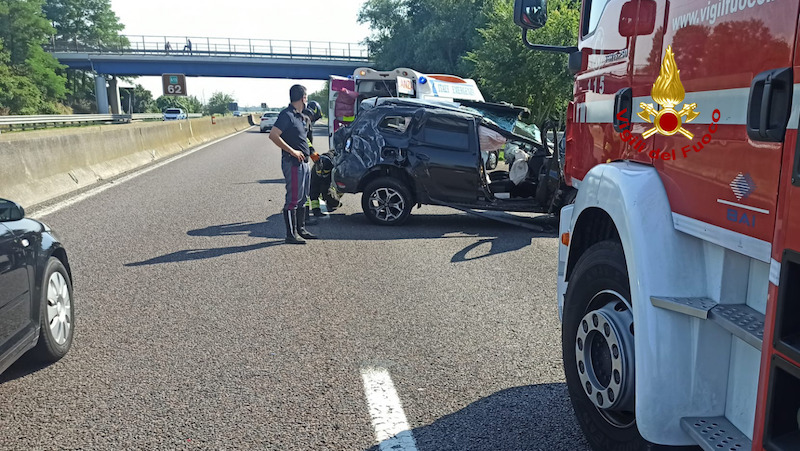 Vigili del Fuoco – Rovigo, Incidente in A13 direzione sud: Ferito il conducente del SUV finito contro il new jersey