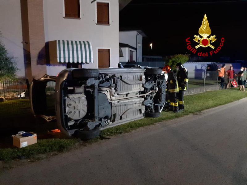 Vigili del Fuoco – Santa Giustina in Colle (PD), Perde il controllo dell'auto, sfonda la recinzione di un'abitazione e finisce rovesciata: Ferita la 24enne alla guida