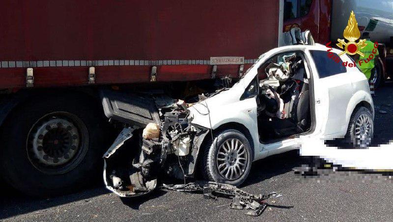 Vigili del Fuoco – San Stino di Livenza (VE), Auto tampona un camion in A4: Deceduto il conducente 45enne alla guida