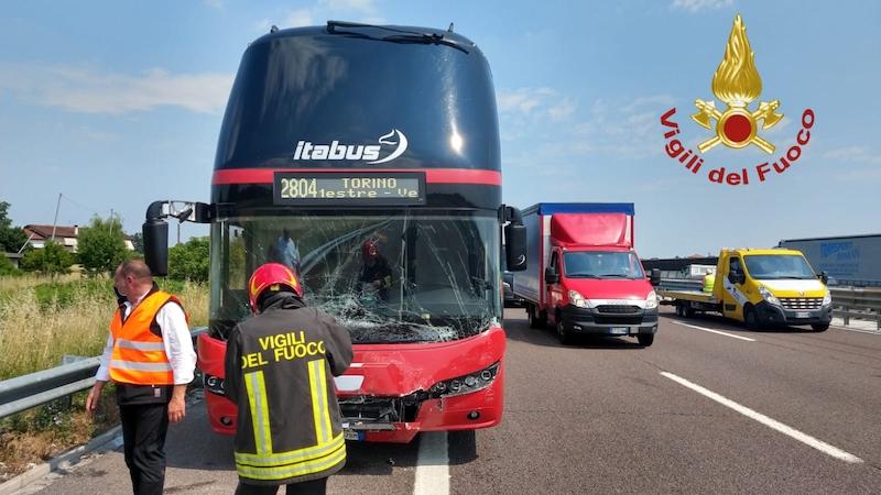 Vigili del Fuoco – Grisignano di Zocco (VI), Incidente in A4 fra due auto un camion ed un Itabus: Ferita una donna