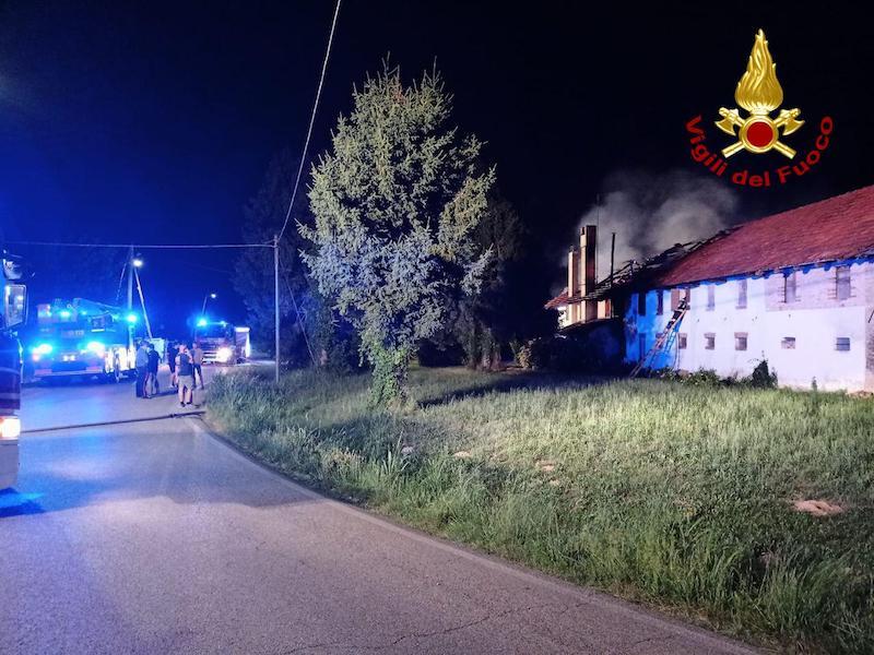 Vigili del Fuoco – Mansuè (TV), Incendio del tetto di una abitazione: 3 persone condotte in ospedale per intossicazione da fumo