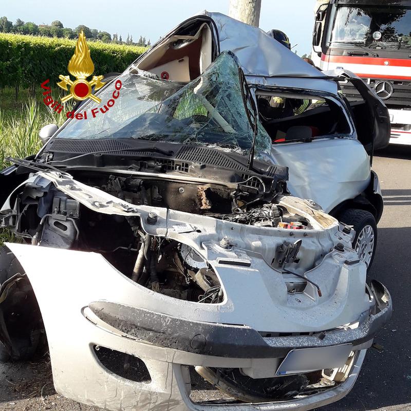 Vigili del Fuoco – Concordia Sagittaria (VE), Si schianta con una Lancia Y contro un platano a bordo strada: Deceduto il conducente 23enne