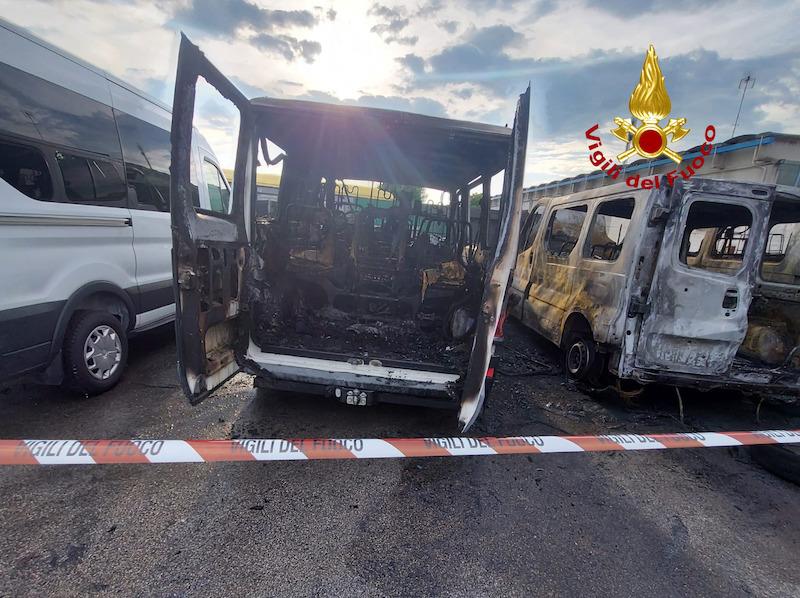Vigili del Fuoco – San Michele al Tagliamento (VE), Incendio, di probabile di origine dolosa, di tre furgoni e uno scuolabus