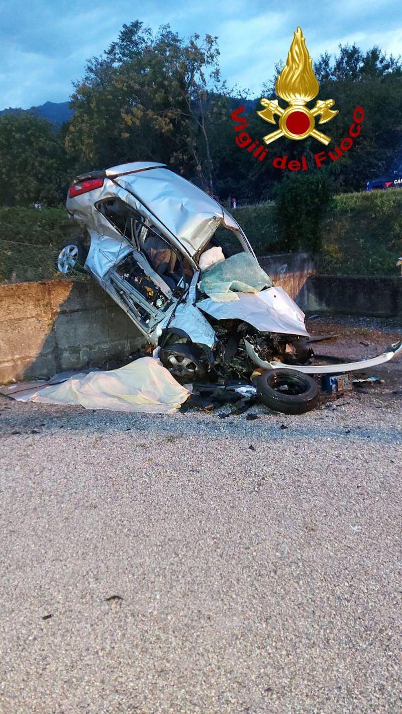 Vigili del Fuoco – Cavaso del Tomba (TV), Perde il controllo della sua auto e si schianta contro un muro di contenimento: Deceduto il conducente 29enne