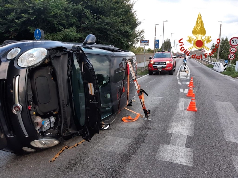 Vigili del Fuoco – Vigodarzere (PD), Perde il controllo dell'auto che si rovescia su un fianco: Ferito il conducente