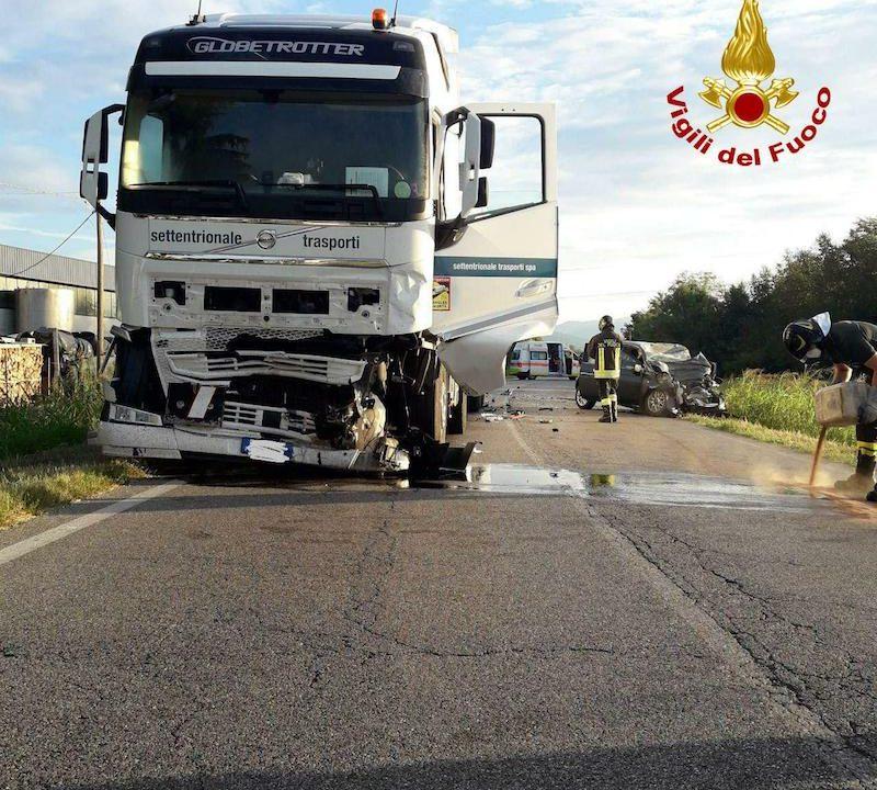 Vigili del Fuoco – Onè di Fonte (TV), Frontale tra un camion ed una Fiat 500: Deceduto sul colpo il 26enne alla guida dell'utilitaria