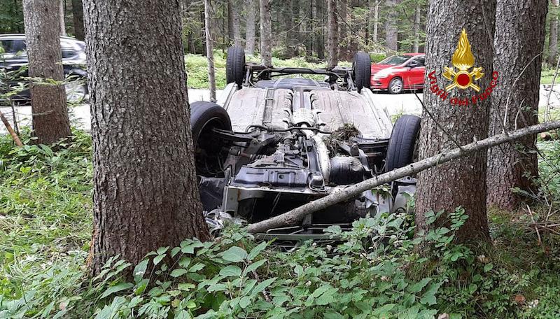 Vigili del Fuoco – Auronzo di Cadore (BL), Auto esce di strada lungo la SR 48 e finisce rovesciata in mezzo agli alberi: Illeso il conducente