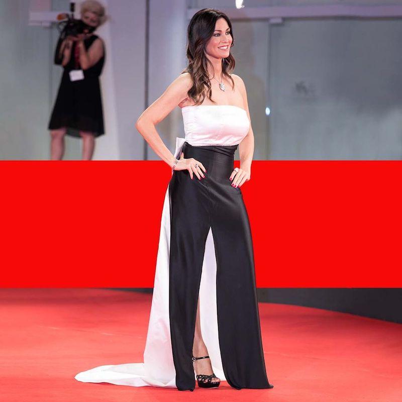Venezia 2021: Manuela Arcuri classe senza tempo come Audrey Hepburn.