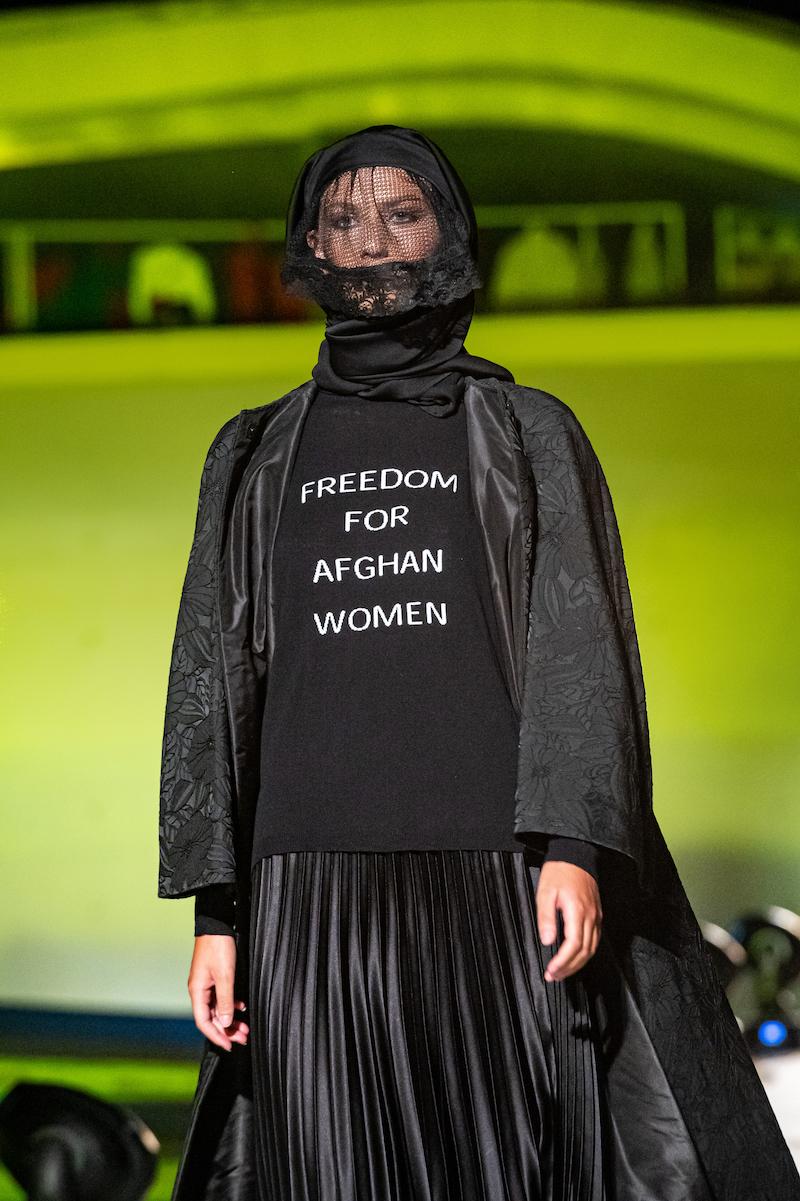 MICHELE MIGLIONICO: Un pullover-manifesto a sostegno delle Donne afghane