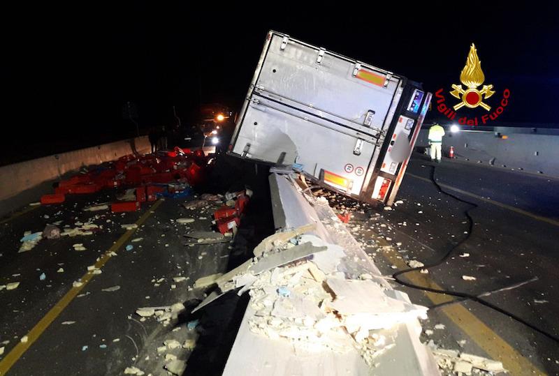Vigili del Fuoco – Latisana Autostrada A4, Camion frigo si schianta contro il New Jersey e disperde sulla careggiata il carico di carne: Autista ferito ed Autostrada chiusa